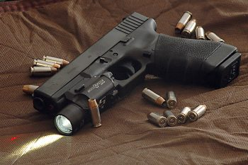 glock_22_surrounded_by_-40_hydra-shok_bullets